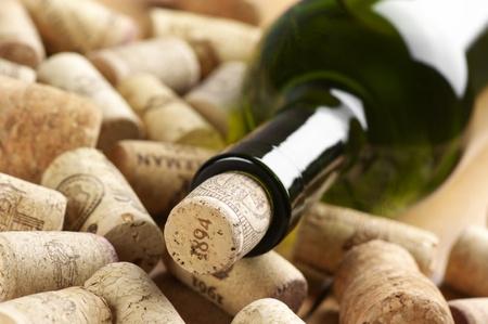 enchufe: Primer plano de la botella de vino cerrado y mont�n de utilizados.