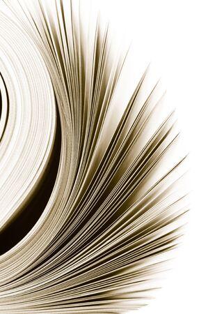 leggere rivista: Close-up di pagine della rivista su sfondo bianco. Immagine monocromatica tonica. Shallow DOF, messa a fuoco sui bordi. Archivio Fotografico