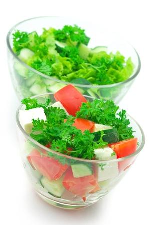 ensalada de verduras: Dos diferentes ensaladas de verduras surtidos en vidrio cuencos aislado sobre fondo blanco.