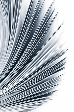 Close-up Magazin Seiten auf weißem Hintergrund. Monochrome Getont. Shallow DOF, Fokus auf den Kanten.