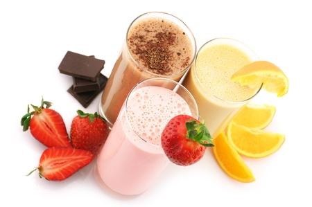 Tre confezioni assortite cocktail di proteine con frutti isolati su sfondo bianco.