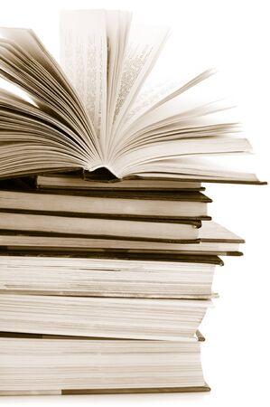 Pila de varios libros sobre fondo blanco. Tonos de imagen.