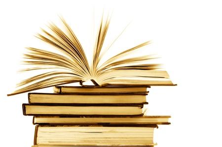 leerboek: Stapel geopend en gesloten boeken op witte achtergrond. Getinte afbeelding.