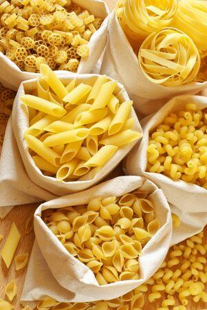 tallarin: Primer plano de pasta surtido en sacos de yute.