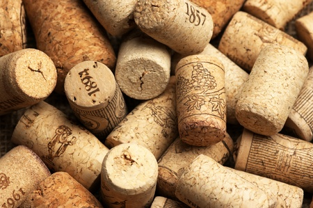 пробка: Heap of used vintage wine corks close-up.