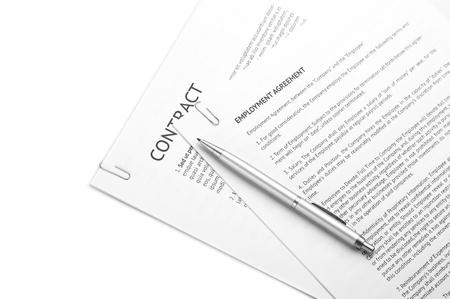 contratos: P�ginas sujetadas con documentos legales y l�piz sobre fondo blanco. Foto de archivo