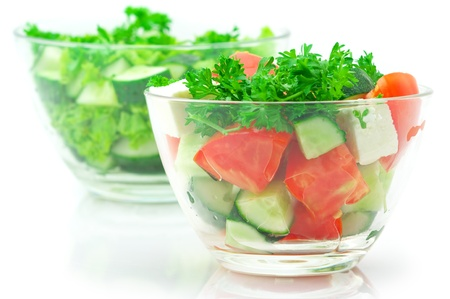 merenda: Due diverse insalate di verdure assortite in vetro bocce isolato su sfondo bianco. Archivio Fotografico