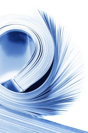 imprenta: Laminados revista sobre fondo blanco. Tonos imagen monocroma. Foto de archivo