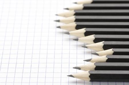briefpapier: Black Bleistifte auf checked Seite festgelegt.