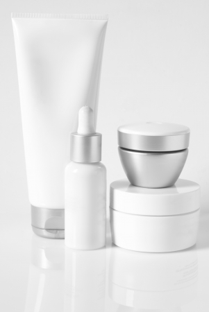 dermatologo: Linea cosmetica antiaging su sfondo chiaro. High key. Archivio Fotografico