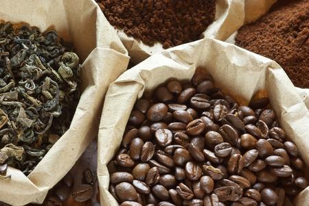 grains of coffee: Primer plano de t� verde y caf� surtido en bolsas de papel.