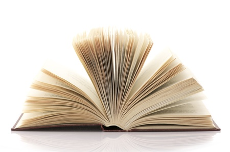 lectura y escritura: Libro abierto aislada sobre fondo blanco.