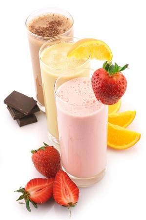 белки: Три белка различного коктейли с фруктами на белом фоне.