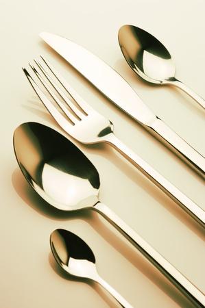 cubiertos de plata: Conjunto de acero tenedor, cuchillo y cucharas. Imagen tonificada.