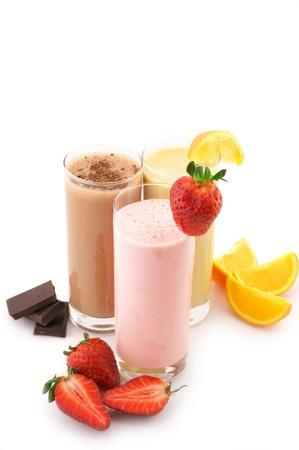 yaourts: Trois cocktails de protéines assorties avec fruits isolés sur fond blanc. Banque d'images