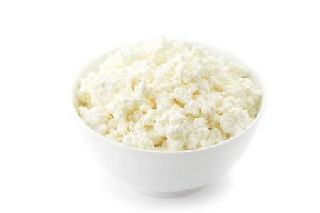 시골집: 하얀 그릇에 치즈 흰색 배경에 고립입니다. 스톡 사진