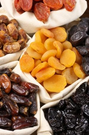 frutas secas: Surtido de frutas secas en bolsas.