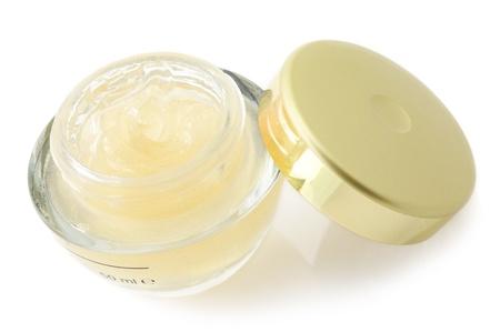 化粧品クリームで孤立した白い背景の jar ファイルを開きます。