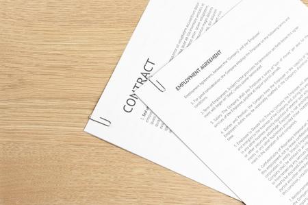 documentos legales: P�ginas sujetadas con documentos legales en el escritorio de madera.