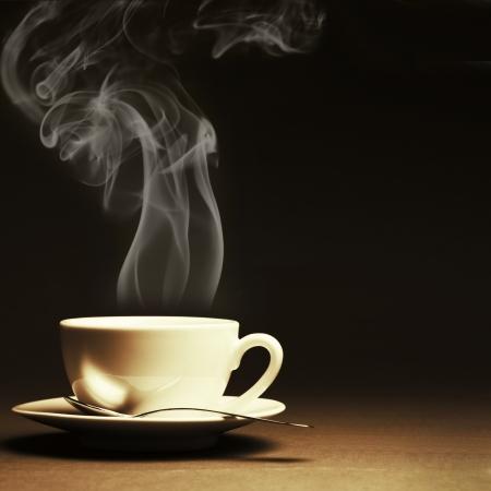 暗い背景に蒸気でホット コーヒーを 1 杯。トーンのイメージ。 写真素材