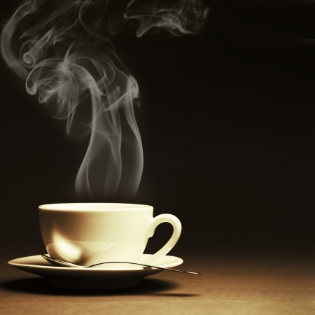 tazza di te: Tazza di caff? caldo con vapore su sfondo scuro. Viraggio.