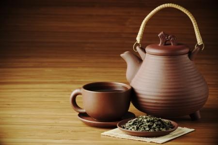 乾燥させた茶、紅茶とティーポット コピー スペースを持つ木製の背景に。 写真素材