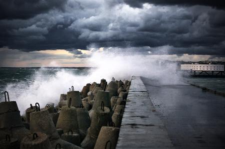 breakwater: Storm olas rompiendo en el rompeolas.