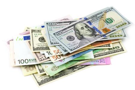 様々 な通貨が白い背景で隔離の山。