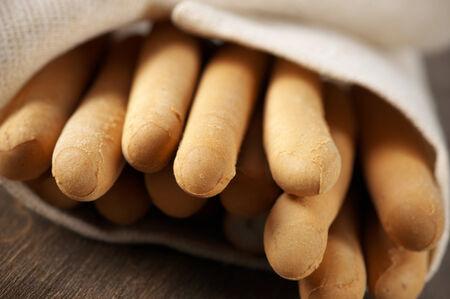 gressins: Gressins en serviette sur fond de bois.