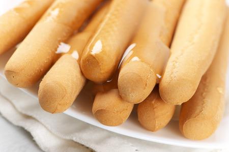 gressins: Close-up de gressins de miel en plaque. Banque d'images