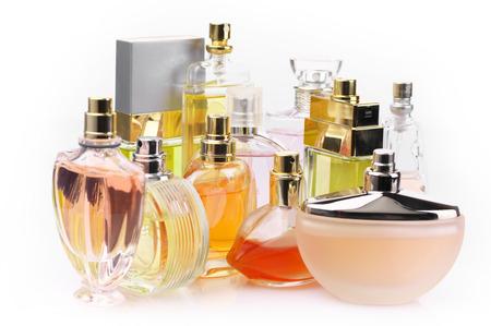 fragranza: Insieme di vari profumi donna isolato o sfondo bianco.