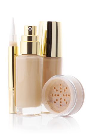 concealer: Bottiglia Due bicchiere di fondotinta liquido cosmetica, correttore correttive e sciolto volto polvere minerale isolato su sfondo bianco. Archivio Fotografico