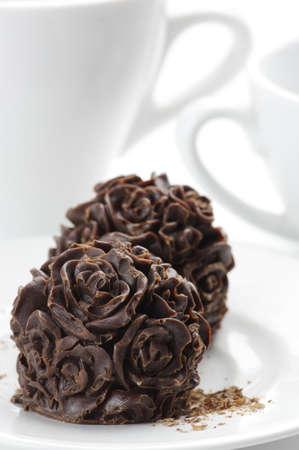cafe bombon: Caramelos y tazas de chocolate naturales hechas en casa en el fondo blanco.