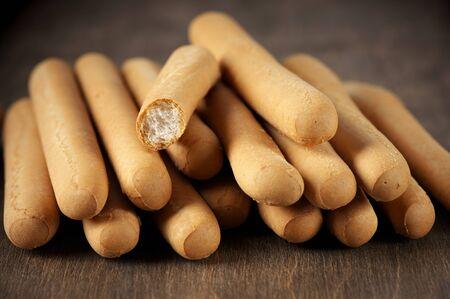 gressins: Gressins empilent sur fond de bois.