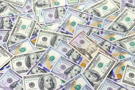 dollaro: Un mucchio di cento banconote da un dollaro vecchio e nuovo design e cinquanta dollari.