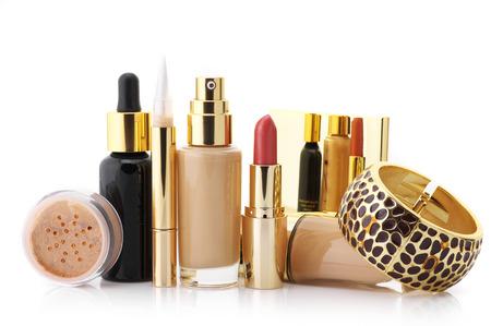 화장품 세트 : 리퀴드 파운데이션, 컨실러, 미네랄 파우더, 립스틱, 얼굴 혈청 및 팔찌는 흰색 배경에 고립입니다.