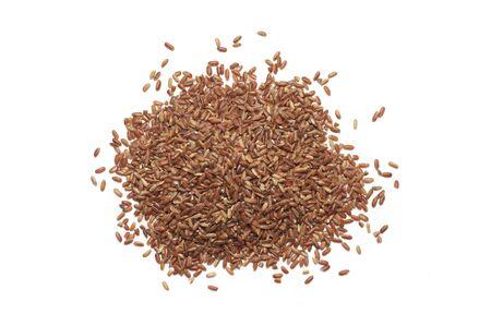 Stapel van ongepelde rijst die op witte achtergrond wordt geïsoleerd. Bovenaanzicht. Stockfoto