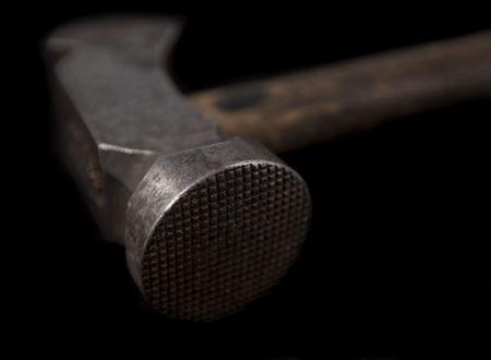 paliza: VINTAGE zapato �los encargados de golpear a cabo martillo aislados en negro