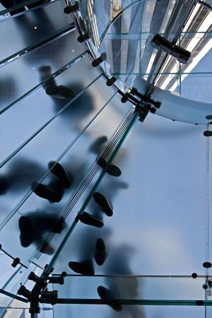 ガラスから作られた円形の階段に立っている人