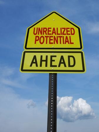 crecimiento personal: realizada potencial motivacional signo puesto por delante en el cielo azul