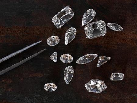 いくつかのダイヤモンド レザー背景とピンセット 写真素材