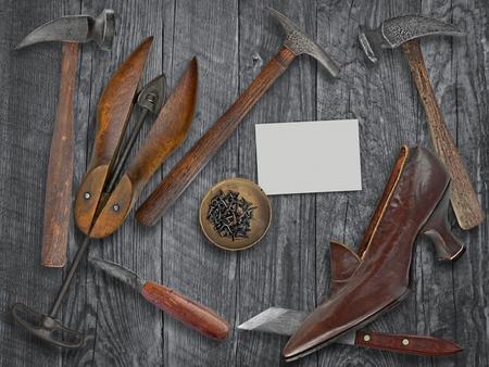 木製のテーブル、空白の名刺にテキストのスペース上のビンテージ レディース靴や靴屋ツール
