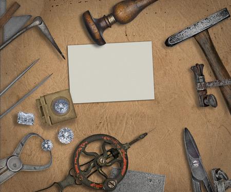 pinzas: herramientas de la vendimia de joyería y diamantes sobre el banco de trabajo, tarjetas en blanco para el texto