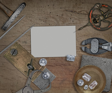 pinzas: herramientas de joyería vintage y diamantes sobre banco de madera, tarjeta en blanco para su negocio