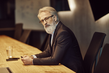 hübscher kaukasischer Senior CEO bei einem Treffen mit seinem jungen schönen Lehrling. Vorstellungsgespräch Standard-Bild