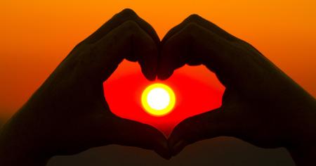 parejas romanticas: Las manos en forma de corazón