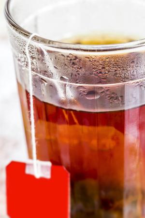 vasos de agua: Vidrio con té negro
