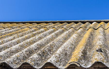De oude, overgroeid met mos, dakplattegrond close-up Stockfoto