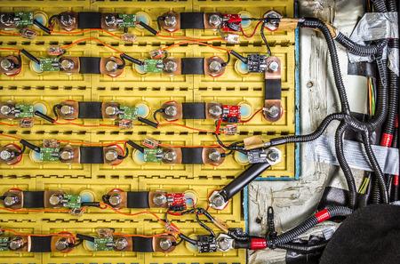 Oplaadbare batterij geïnstalleerd in de elektrische auto close-up