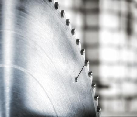 Disc cirkelzaag close-up op een achtergrond van een bakstenen muur.
